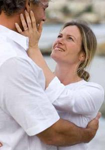 بعض الاسرار التي تجعل زوجك يحبك بجنون و يتوق اليكِ Couple_1_1