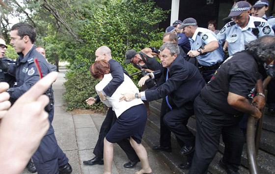 رئيسة وزراء فرنسا تهرب حافية بعد مهاجمتها من قبل متظاهرين