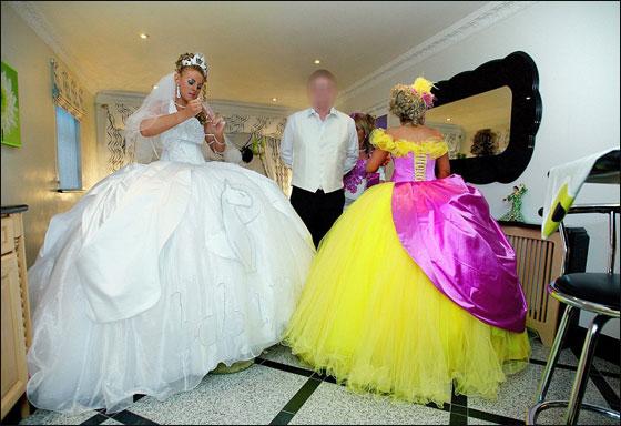 عريس يفشل بالجلوس بعربة الزفاف وعروس ترسم قطة بفستانها