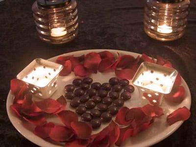 نقدم اكثر الافكار رومانسية لتزيين طاولة العشاق في عيد الحب!