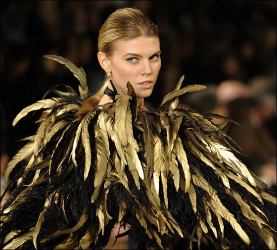 اسبوع الموضة في نيويورك يشهد وفيات وفضائح وسقوط عارضات!
