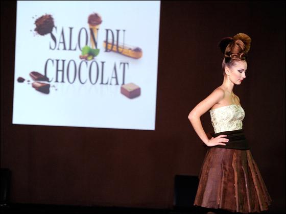 بالصور: عرض ازياء في فرنسا من الشوكولاطة!