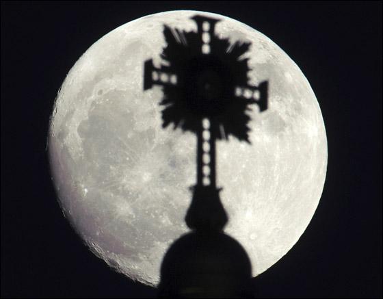 بالصور.. القمر بدر واكثر قربا واضاءة وفي ظله تبرز معالم المدن في العالم!