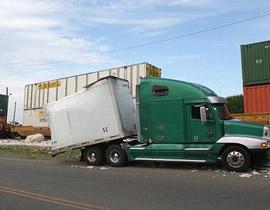 قطار يصطدم بشاحنة ويشطرها الى نصفين