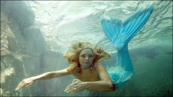 فتاة تعيش حياة عروس البحر