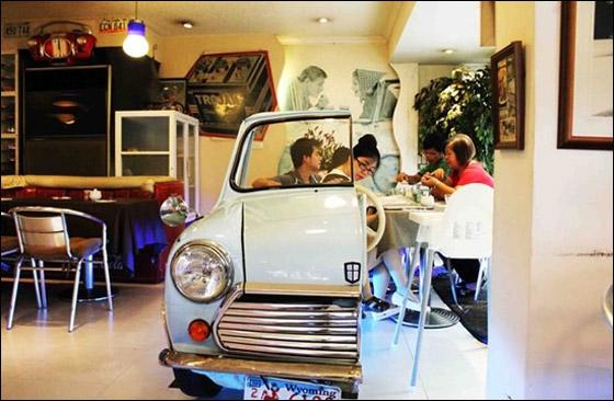 مطعم يستبدل طاولاته بالسيارات