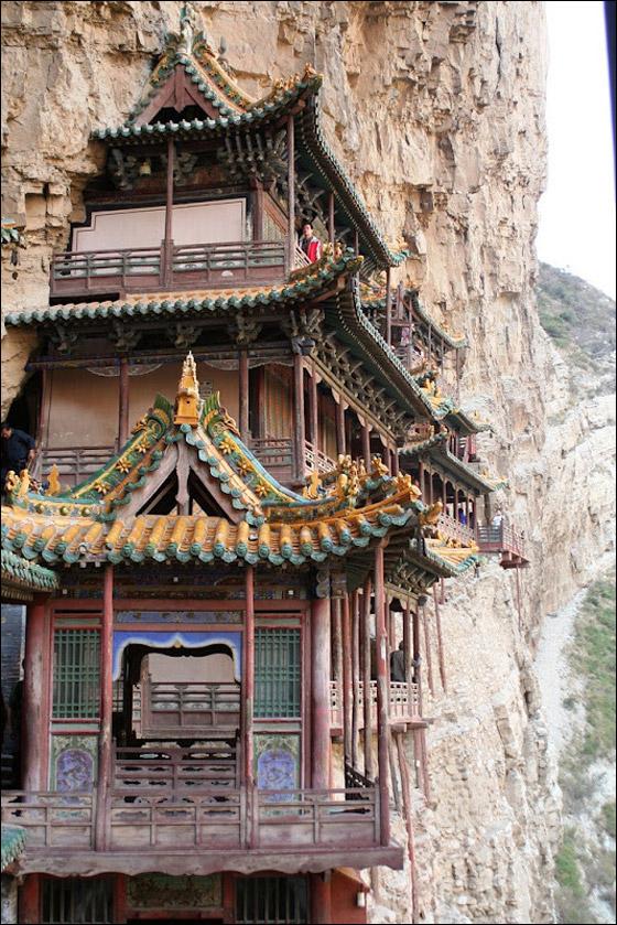 شاهدوا أكثر المعابد رعبا في العالم على منحدرات جبال الصين