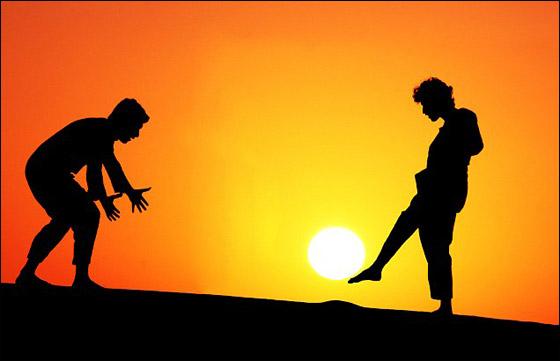 """صور مذهلة لاشخاص """"يلعبون"""" بالشمس بالقرب من الصحراء!!"""