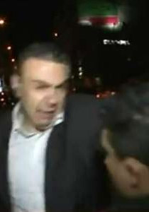 شاب يضرب مراسل سوري بالحذاء على الهواء