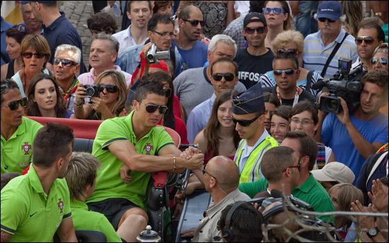 كريستيانو يكسر بخاطر طفلة بعدم التوقيع لها لانها تشجع برشلونة