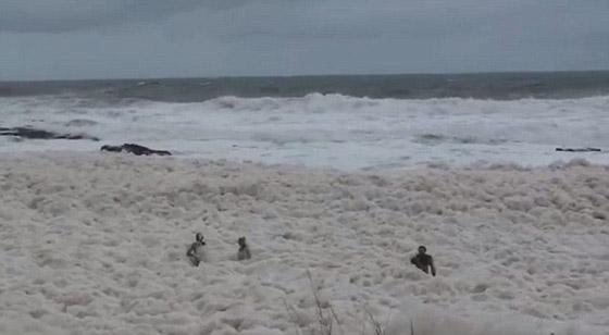بالصور.. ظاهر غريبة جدا تملأ البحر بالرغوة والفقاعات!