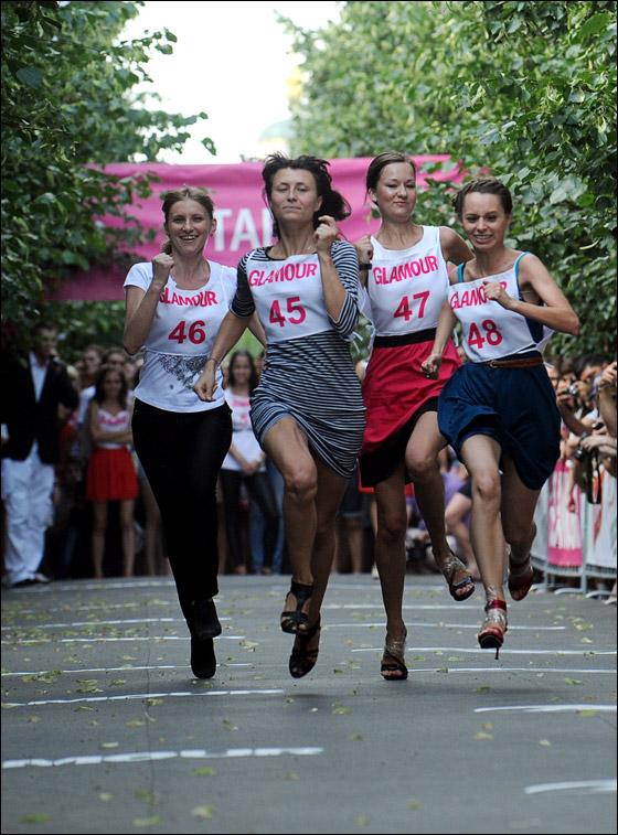 مشاركة 150 امرأة بسباق طريف وانيق لارتدائهن كعوب عالية!