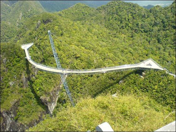 اكثر الجسور غرابة: جسر السماء مدعوم على عمود واحد فقط!