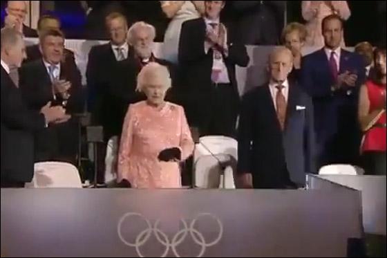 احتفال ضخم بتاريخ وثقافة بريطانيا بافتتاح اولمبياد لندن 2012! queen.jpg