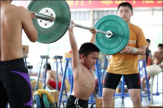 بالصور: معسكرات تعذيب اطفال في الصين للفوز بالأولمبياد!
