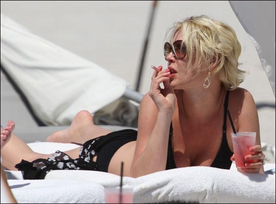 كاثرين هاغل تهز شواطئ ميامي في بكيني اسود وسيجارة الكترونية