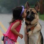 رسم بالألوان المائية لفتاة وكلبها