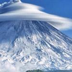 صورة مدهشة لسحابة على قمة أحد الجبال ...