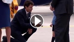 الامير الطفل يرفض مصافحة رئيس الوزراء الكندي الجاثي على ركبته