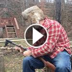 رجل يعزف الحانا تبعث على الفرح من بندقية كلاشينكوف.. فيديو
