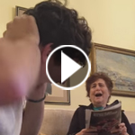 فيديو مضحك: شاب يثير رعب جدته وينفذ مقالب وخدع اخافتها ثم اعجبتها