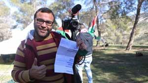 شرطي اسرائيلي يصدر مخالفة سير على الأقدام لصحفي فلسطيني!!