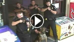 فيديو مؤلم.. عناصر الشرطة الامريكية يحاصرون رجلا مختلا واعمى ويقتلونه بالرصاص