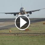 فيديو مرعب.. طائرات تصارع الرياح فوق احد مطارات بريطانيا