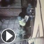 فتاة حسناء تطرق الباب ولص ماكر يقتحم المنزل.. شاهد الفيديو
