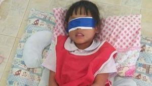 عُصبت عيناها وقيُدت يداها.. هكذا عوقب طفلة على تمزيق ورقة