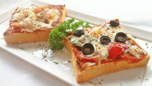 اليكم طريقة تحضير البيتزا بشرائح التوست المحمص الخفيفة والسريعة