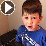 فيديو وصور طريفة.. شعر بالملل من حديث والديه فخلع سن شقيقه