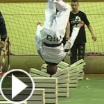 فيديو مثير.. لاعب تايكوندو يحطم 90 حجر بناء براسه في 25 ثانية