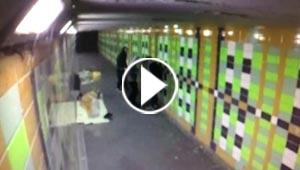 فيديو صادم.. شبان يقذفون متسولا بالالعاب النارية اثناء نومه!