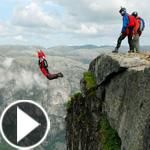 فيديو مذهل: أخطر قفزات المتهورين المغامرين من أعلى جبل في النرويج