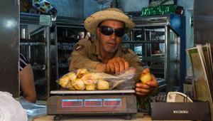 يهودي يصنع حلويات عيد الفطر اللذيذة للمسلمين في تونس