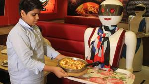 نادلات آلية يجتذبن الزبائن لمطعم بيتزا في باكستان بعيدا عن جرائم الشرف!