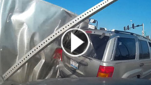 فيديو مروع..انقلاب شاحنة يتسبب في تصادم ثلاث سيارات على طريق أمريكي