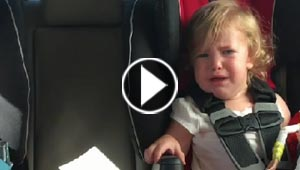 فيديو طريف.. طفل يهدئ من روع شقيقته المرعوبة من تنظيف السيارة