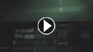 محقق في الخوارق يتعرض لموقف مرعب وسلّم يتحرك لوحده.. فيديو