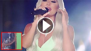 فيديو غريب: فتاة تتحرش بمايا دياب على المسرح وتتحسس ساقها!