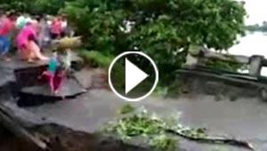 فيديو صادم.. شاهدوا لحظة غرق أم وطفلها بانهيار جسر بالهند