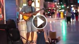 فيديو طريف.. مشرد يعزف ديسباسيتو في الشارع ورد فعل مدهش لطفلة