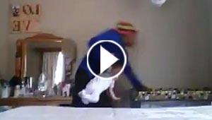 فيديو قاس.. مربية ترفس رضيعة دون رحمة وترفعها من قدمها وتسير بها!