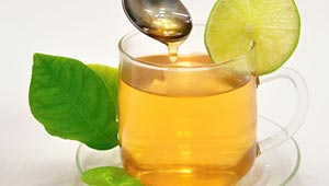 طاقة فورية ومكافحة رائحة الفم.. فوائد كوب الماء الدافئ مع العسل صباحا