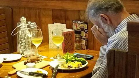 دموع رجل أمام رماد شريكته في عيد الحب بمشهد مؤثر