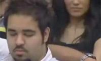 عبد العزيز ينام اثناء غناء رحمة