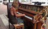 رجل بلا مأوى يلتقط رزقه  بالعزف البيانو بشكل جميل