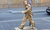 رجل يحول نفسه لتمثال في الشارع ويمشي كوميدي