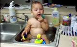أجمل لحظات البرأة للأطفال وقت الحمام